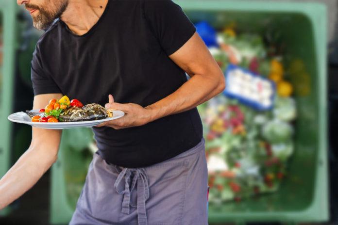 Risipa alimentară - mâncare aruncată la gunoi